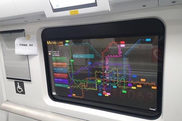 В китайском метро появились первые прозрачные дисплеи.