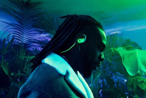 Beats представила светящиеся в темноте беспроводные наушники Powerbeats, созданные в сотрудничестве с брендом Ambush.
